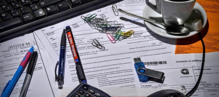 שולחן עבודה עם כלי כתיבה וקפה